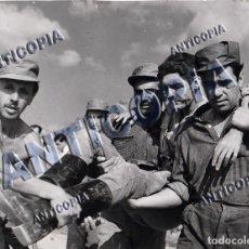 Cine: FOTO ORIGINAL Y RECORTE DE PRENSA DEL ACCIDENTE DURANTE EL RODAJE DE ''LA FIEL INFANTERIA' 1960. Lote 136773950