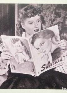 Alexis Smith (Warner Bross) lee la revista Siluetas entre escenas de la película La dama en blanco