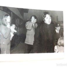 Cine: PAUL MCCARTNEY LINDA EASTMAN THE BEATLES - FOTO ORIGINAL PRENSA 1969 AEROPUERTO GLASGOW. Lote 160351762