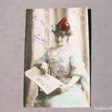 Cine: POSTAL FOTOGRÁFICA DE LA ARTISTA LA FORNARINA Y EL PERIODICO EL PAIS. GORRO FRIGIO. REPUBLICANA.1908. Lote 163411830