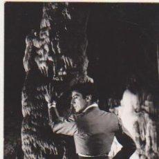 Cine: FOTO-POSTAL (15X10) CUEVA DE NERJA ANTONIO EN LA SALA DEL CATACLISMO. DURANTE EL RODAJE DE UNA PELÍC. Lote 177251940