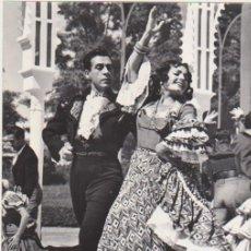 Cine: FOTOGRAFÍA (24X18) CARMEN SEVILLA Y LUIS MARIANO. AL DORSO ESCRITO VIOLETAS IMPERIALES. Lote 177251965
