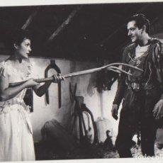 Cine: FOTOGRAFÍA (18X24) CARMEN SEVILLA Y ALBERTO CLOSAS EN LA FIERECILLA DOMADA. Lote 177252880