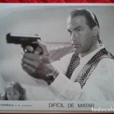 Cine: DOS FOTOGRAFÍAS GRANDES DE LA PELÍCULA DIFICIL DE MATAR. Lote 190925265
