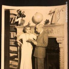Cine: FOTO ORIGINAL DE CATALINA BARCENA Y EL ESCRITOR GREGORIO MARTÍNEZ SIERRA 25 X 20 CM. Lote 191655655