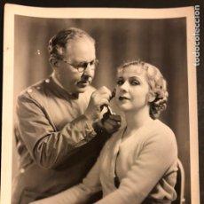 Cine: FOTO ORIGINAL DE CATALINA BARCENA Y EL MAQUILLADOR MAX FACTOR 25 X 20 CM. Lote 191656186