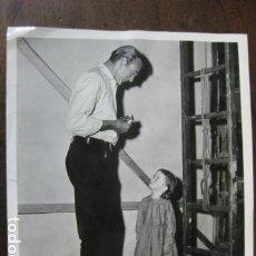 Cine: GARY COOPER - FOTO ORIGINAL B/N - TERRILL DOUGLAS THE HANGING TREE FILM ESCENA DESCANSO RODAJE. Lote 191807222
