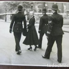 Cine: ANN TODD- FOTO ORIGINAL B/N - VISITED THE PRECINCTS OF LINCOLN INN FIELDS WITH POLICE OFFICERS. Lote 191807596
