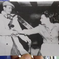 Cine: POSTAL JOHN WAYNE AND MAUREEN O'HARA TAKEN DURING THE FILMING OF ZTHE MAN IN CONG 1951. Lote 194882147