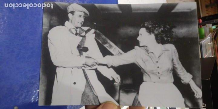 POSTAL JOHN WAYNE AND MAUREEN O'HARA TAKEN DURING THE FILMING OF THE QUIET MAN IN CONG 1951 (Cine - Fotos, Fotocromos y Postales de Películas)