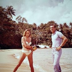 Cine: SEAN CONNERY Y URSULA ANDRESS BIKINI JAMES BOND 007 PHOTO FOTO. Lote 198552642