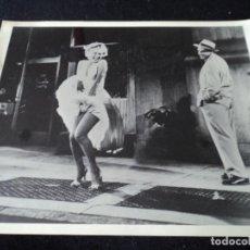 Cine: FOTOGRAFIA GRAN TAMAÑO PELICULA DE MARILYN MONROE, LA TENTACION VIVE ARRIBA 24 X 19. Lote 204233638