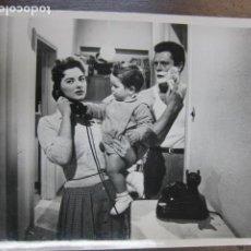 Cine: IL MOMENTO PIÙ BELLO - FOTO ORIGINAL B/N - MARCELLO MASTROIANNI GIOVANNA RALLI PHONE SCENE SHAVING. Lote 221412663