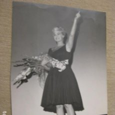Cine: ANITA EKBERG - FOTO ORIGINAL B/N - BOUQUET OF FLOWERS. Lote 221840025