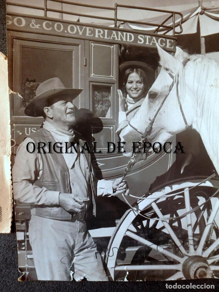 Cine: (JX-201083)Fotografia de Claudia Cardinale autografo y John Wayne(FABULOSO MUNDO DEL CIRCO) - Foto 2 - 222359875