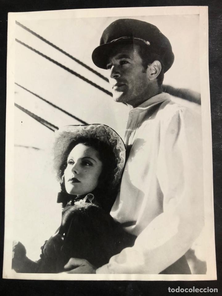 FOTO ORIGINAL DE GARY COOPER Y FRANCÉS DEE.ALMAS EN EL MAR 24 X 18 CM (Cine - Fotos y Postales de Actores y Actrices)