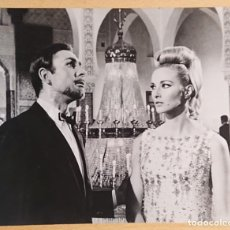 Cine: NEIL CONNERY AND DANIELA BIANCHI IN OPERATION KID BROTHER 1967 · JAMES BOND · ORIGINAL PRESS PICTURE. Lote 223960192