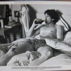 Cinéma: DRINKING BEER - FOTO ORIGINAL B/N - DRINKING BEER FILM SCENE A LITTLE SEX. Lote 232805385