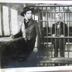 Cine: BILLY EL NIÑO - FOTO ORIGINAL B/N - ROBERT TAYLOR BILLY THE KID ESCENA CARCEL WESTERN. Lote 235811070