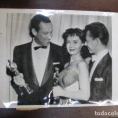 Cinema: WILLIAM HOLDEN DONNA RED CON ESCOTE CENSURADO OSCAR 1953 - FOTO ORIGINAL B/N - DONALD O'COONOR. Lote 235995335