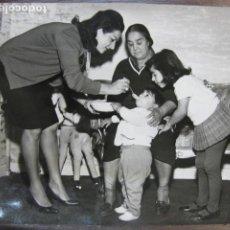 Cine: LOLA FLORES - FOTO ORIGINAL B/N - ANTONIO FLORES LOLITA ESCENA FAMILIAR. Lote 262935905