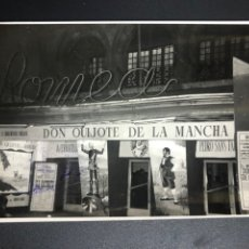 Cinéma: FOTO FACHADA TEATRO ROMEA.CARTELES DON QUIJOTE DE LA MANCHA.FERNANDO VALLEJO GONZALO MEDEL. Lote 278286713