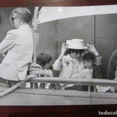 Cine: LIZ ELIZABETH TAYLOR - FOTO ORIGINAL B/N PRENSA - AÑOS 60' - CON HIJOS. Lote 289868593