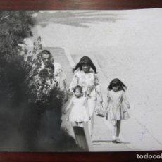 Cine: LIZ ELIZABETH TAYLOR - FOTO ORIGINAL B/N PRENSA - AÑOS 60' - CON HIJAS LIZA TODD Y MARIA BURTON. Lote 289868858