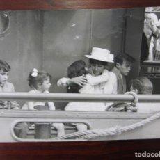 Cine: LIZ ELIZABETH TAYLOR - FOTO ORIGINAL B/N PRENSA - AÑOS 60' - CON HIJAS LIZA TODD Y MARIA BURTON. Lote 289869028
