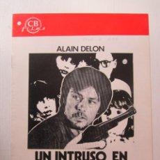 Cine: CARTEL GUIA DE CINE DE 20X30 UN INTRUSO EN EL JUEGO DE SERGE LEROY CON ALAIN DELON Y SOPHIE RENOIR. Lote 293933423