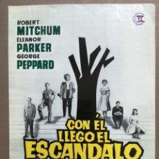 Cine: CON EL LLEGO EL ESCANDALO ROBERT MITCHUM GEORGE PEPPARD GUIA ORIGINAL SUEVIA ESTRENO. Lote 81105240