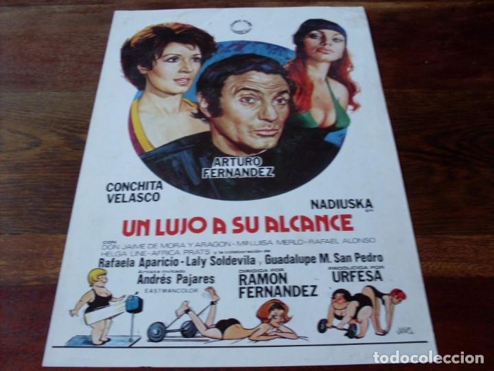UN LUJO A SU ALCANCE - ARTURO FERNANDEZ, CONCHA VELASCO, NADIUSKA - GUIA ORIGINAL IZARO AÑO 1975 (Cine - Guías Publicitarias de Películas )