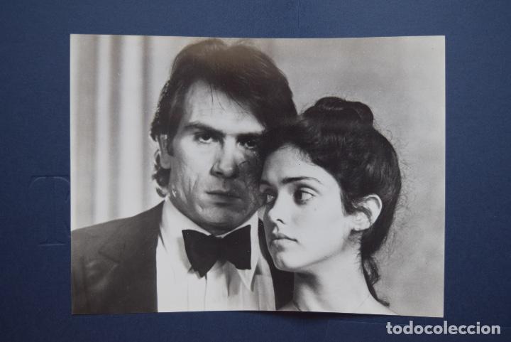 BETSY, LA SAGA DE LOS HANDERMAN. TOMMY LEE JONES. GUÍA + 2 FOTOS 18 X 24 CM (Cine - Guías Publicitarias de Películas )