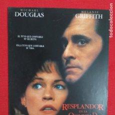 Cine: GUIA: RESPLANDOR EN LA OSCURIDAD. MICHAEL DOUGLAS, MELANIE GRIFFITH. Lote 243463495
