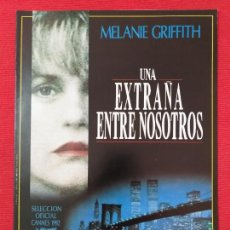 Cine: GUIA PUBLICITARIA ORIGINAL DE LA PELÍCULA: UNA EXTRAÑA ENTRE NOSOTROS. CON : MELANIE GRIFFITH.. Lote 254948130