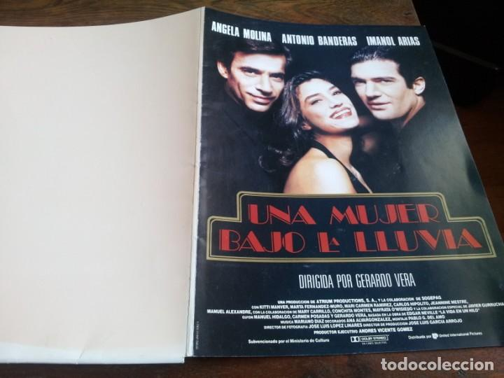 UNA MUJER BAJO LA LLUVIA - ÁNGELA MOLINA,A. BANDERAS, MANOL ARIAS - GUIA ORIGINAL DE LUJO U.I.P 1992 (Cine - Guías Publicitarias de Películas )