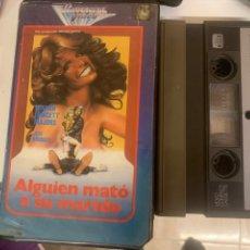 Cine: ALGUIEN MATÓ A SU MARIDO PELÍCULA SISTEMA 2000 UNIVERSAL VÍDEO. Lote 288591323