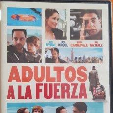 Cine: DVD ADULTOS A LA FUERZA. Lote 194980838