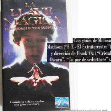 Cine: LA LLAVE MÁGICA - PELÍCULA CIENCIA FICCIÓN INFANTIL - NIÑO Y MUÑECO INDIO DE JUGUETE - VHS. Lote 49850246
