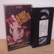 Cine: ALGUIEN DETRAS DE LA PUERTA VHS - BUEN THRILLER CON ANTHONY PERKINS Y CHARLES BRONSON ¡CINTA NUEVA!. Lote 52138979