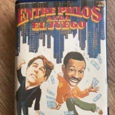 Cine: ENTRE PILLOS ANDA EL JUEGO PELÍCULA VHS. Lote 66032842
