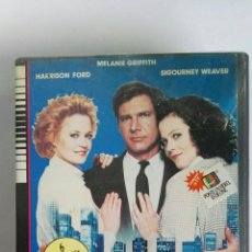 Cine: ARMAS DE MUJER VHS HARRISON FORD 1988. Lote 116571142