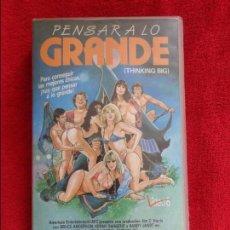 Cine: VHS - PENSAR A LO GRANDE • CINTA DESCATALOGADA. DIR.S.F. BROWNRIGG AÑO 1986 - COMEDIA PICANTE. Lote 118807899