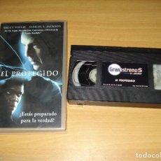 Cine: EL PROTEGIDO. PELÍCULA VHS. COLECCIÓN ESTRENOS DE CINE (PLANETA DE AGOSTINI). ESPAÑOL. Lote 148057834
