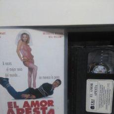 Cine: EL AMOR APESTA. VHS ( CAJA GRANDE). Lote 148198598