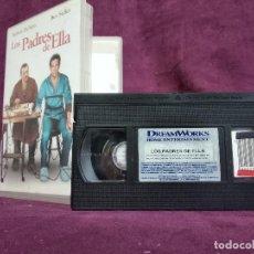 Cine: LOS PADRES DE ELLA EN VHS, ORIGINAL, CON CARÁTULA. Lote 148536930