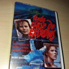 Cine: VHS TODA CLASE DE EXTRAÑOS. Lote 164869954