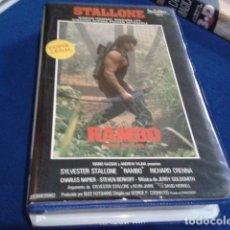 Cine: VHS IZARO FILMS ( RAMBO - ACORRALADO PARTE II ) 1986 STALLONE - CARATULAS INTERIOR LOS BARBAROS, . Lote 170554000
