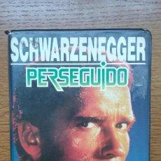 Cine: PERSEGUIDO- VHS- 1 EDICION ARNOLD SCHWARZENEGGER. Lote 171845335