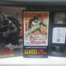 Cine: GAMERA EL MUNDO BAJO EL TERROR. VHS. MAS DOSSIER COLECCION KAIJU EIGA.. Lote 179156295